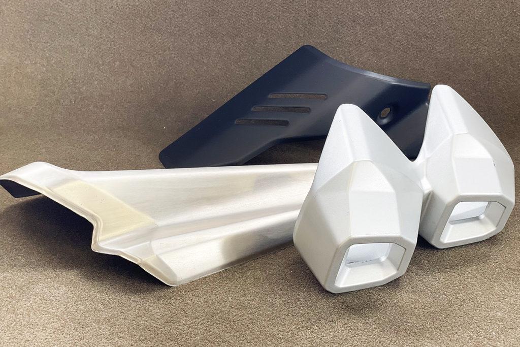 ナイロンで軽量化。金属パーツをナイロン注型(マフラープロテクター&テールキャップ)